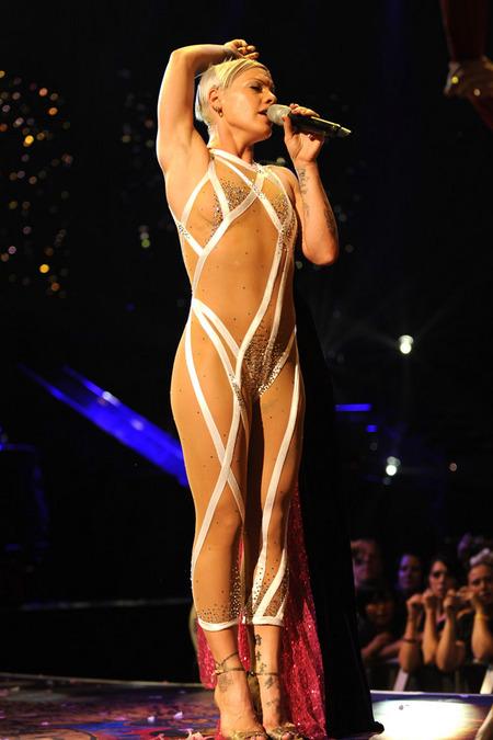 Pink Goes Nude At Concert  Baiduris Blog-8340